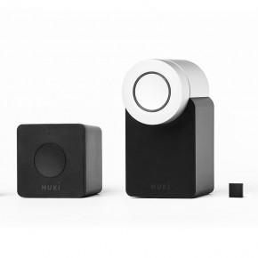 Nuki V2 Combi Smartlock deutsch-englisch    -eine perfekte Kombination aus Smart Lock und dessen Steuerung von überall -  Nuki macht ein Smartphone in nur wenigen Minuten zum smarten Schlüssel. Mit der Combo können Sie Ihr Nuki Smart Lock von überall via Smartphone App aufsperren und schließen. Dieses Set enthält die perfekte Kombination für Ihre Eingangstür und ist zu einem Vorteilspreis erhältlich.  Die Nuki Version 2.0 unterstützt jetzt auch Apple HomeKit. Das Smart Lock lässt sich somit nun auch über Siri steuern, es ist also jetzt smarter denn je. Zudem verfügt es über einen Türsensor, der den Status des Schließzylinders anzeigt. Es lässt sich also jetzt ganz schnell checken ob ihre Türe auch wirklich offen oder verschlossen ist. Weiterhin funktioniert das Schloss natürlich im Zusammenspiel mit Amazon Alexa, dem Google Assistant, Airbnb und ring, sowie nest. Ebenfalls möglich ist die Schließung zu vordefinierten Zeiten, was das all-abendliche Schließungsritual obsolet macht.  Die smarte Erweiterung für Ihr Türschloss   NEU: Apple HomeKit Integration NEU: Türsensor zur Schnelleinsicht des Schließungsstatus Automatisches Öffnen der Eingangstür mittels Bluetooth, wenn sich eine berechtigte Person der Tür nähert Kinderleichtes Absperren per Knopfdruck, wenn das Gebäude verlassen wird Das Smart Schloss wird an der Innenseite der Eingangstür montiert und auf das herkömmliche Schloss aufgesetzt Der physische Schlüssel kann nach wie vor verwendet werden Durch die zusätzliche Installation der Nuki Bridge erhält das Smart Lock Zugang zum Internet, wodurch man das Schloss auch von unterwegs via Smartphone steuern kann NEU: Volle Zugriffskontrolle für jetzt bis zu 200 mobile Zugriffsberechtigte - also 100 zusätzliche Berechtigungen - entweder durch das Nuki Web-Interface oder über die App am Smartphone Ideal für die Zugangskontrolle von Shared Spaces (Airbnb oder Ähnliches)   Smarte Steuerung über die Smartphone-App   Das eigene Apple- oder Android-Smartphone mit dem Nuki 